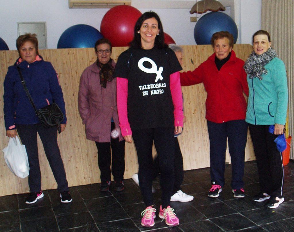 Raquel Rodríguez, profesora de gimnasia del Centro Social de O Barco, con alumnas