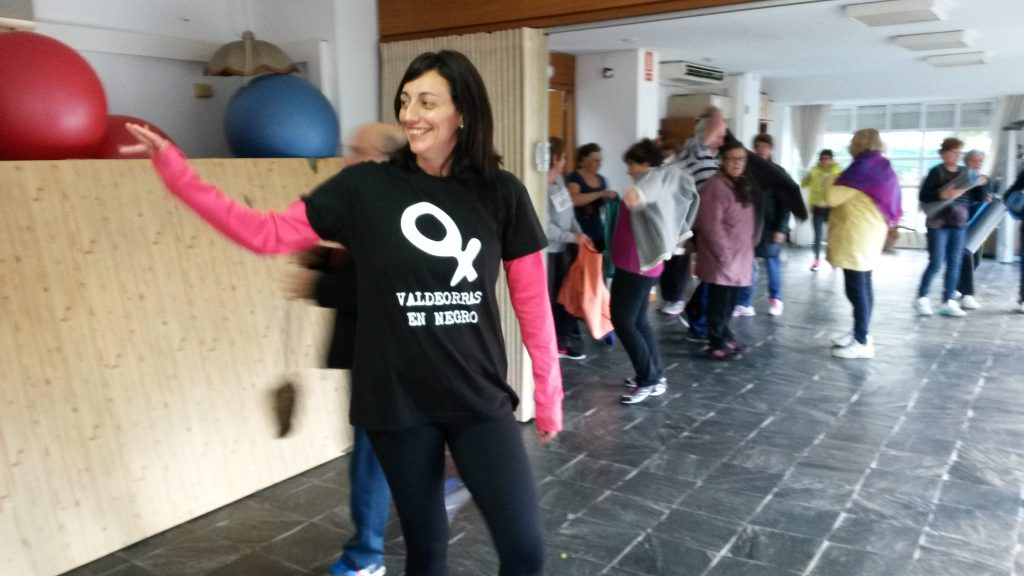 Raquel dio la clase de gimnasia en el Centro Social de O Barco con la camiseta contra la violencia de género