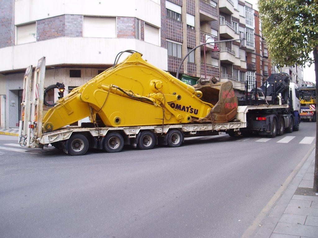 Transporte pesado surcando el casco urbano de O Barco