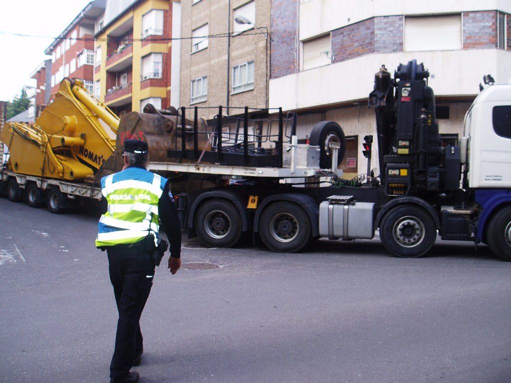 Un policía local de O Barco regulando el paso de un transporte pesado