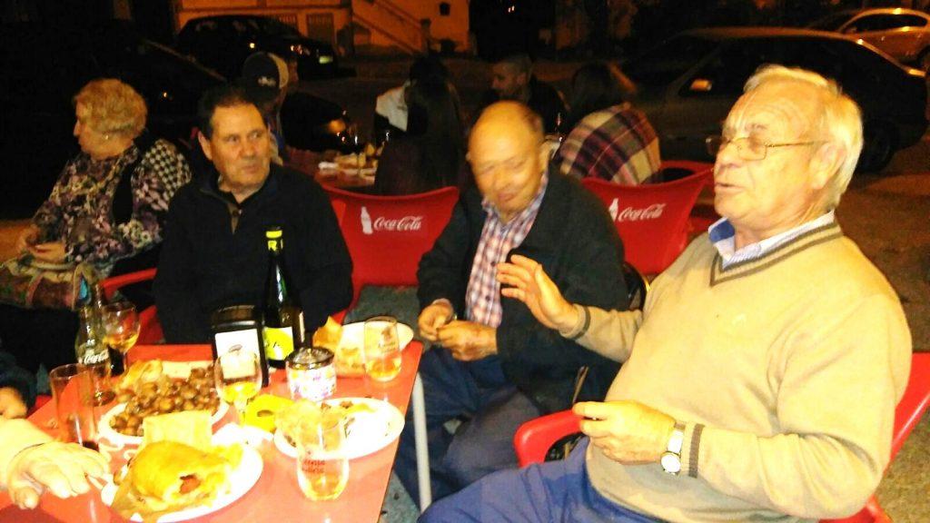 Vecinos de A Rúa Vella en el magosto del Bar San Roque el sábado