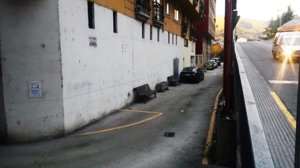 Cartel instalado en esta zona de O Barco advirtiendo del problema